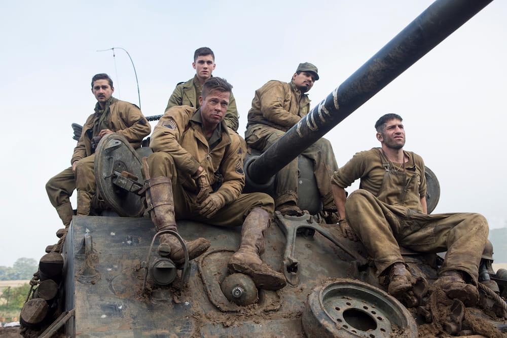 映画フューリーのクルーたちが戦車に乗っている場面
