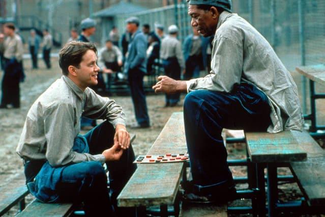 アンディとレッドがチェスをする「ショーシャンクの空に」のワンシーン